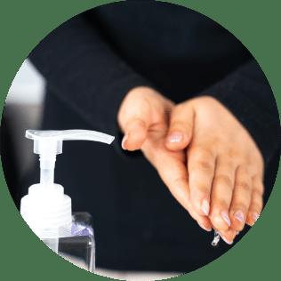 手指消毒の徹底(足踏み式噴霧器玄関設置)