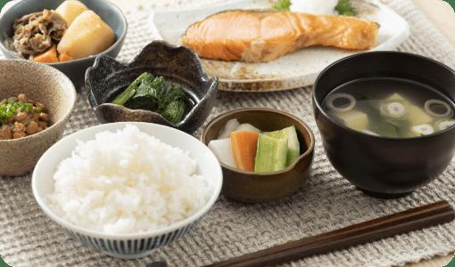 昼食 地産地消、季節の旬の食材を生かした料理を提供しています